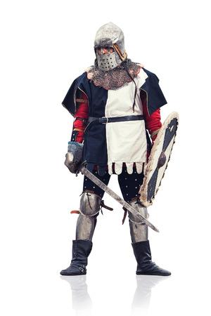 espadas medievales: Caballero medieval con la espada y el escudo. Aislado en blanco. Foto de archivo