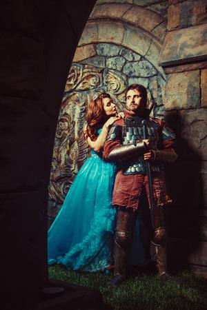 cavaliere medievale: Cavaliere medievale con la sua amata donna Archivio Fotografico