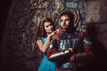 castello medievale: Cavaliere medievale con la sua amata donna Archivio Fotografico