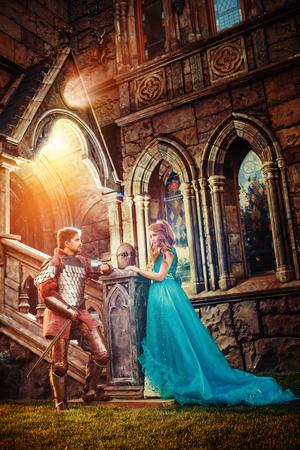 castillos de princesas: Caballero medieval est� hablando con su amada dama