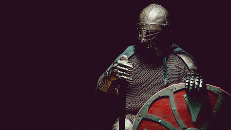 Caballero medieval en la armadura con la espada y el escudo. tonificación artística. Foto de archivo - 52409727