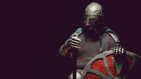 Cavaliere medievale in armatura con la spada e scudo. tonificante artistico. Archivio Fotografico - 52409727