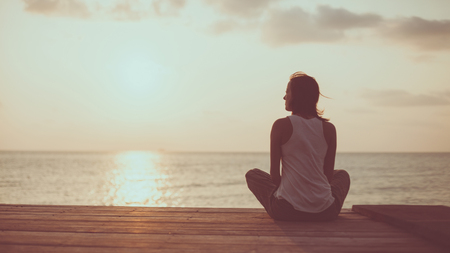 position d amour: Jeune femme est en train de faire du yoga sur l'arri�re-plan du lever du soleil. tonification artistique.
