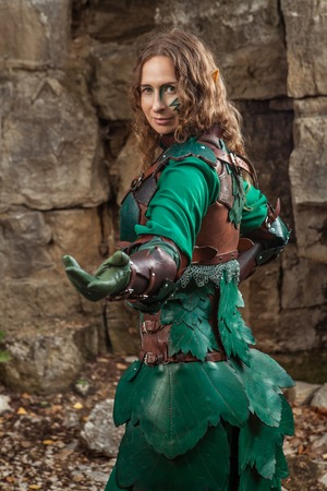 inviting: Elf woman in green leather armor is inviting you.