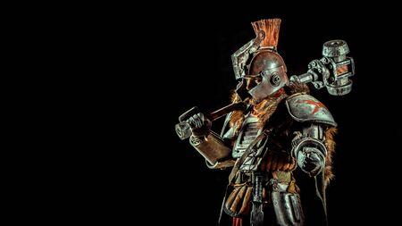 Chevalier puissant dans l'armure avec le marteau. Fond sombre.