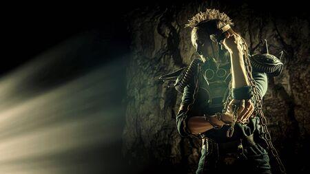 Femme post-apocalyptique dans le masque de crâne rouillé sur le fond du donjon. Temps post-apocalypse nucléaire. La vie après la fin du monde Banque d'images