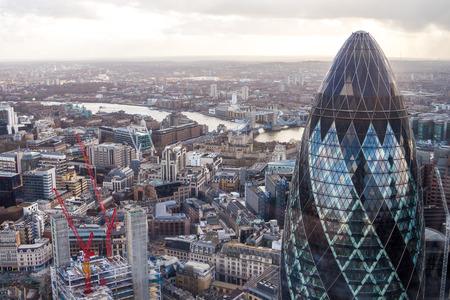 有名なロンドンの超高層ビル非常に近い距離からのピクルス。本物のタワー ブリッジとロンドン塔の背景に、写真。 写真素材