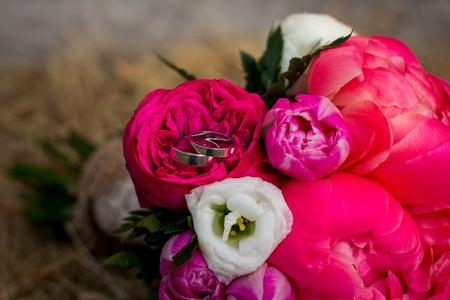 pfingstrosen: Trauringe in sch�nen Pfingstrosen Blumen