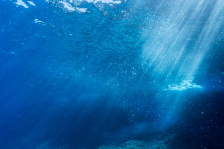 Rays of sunlight shining into sea, underwater view 版權商用圖片 - 139347246