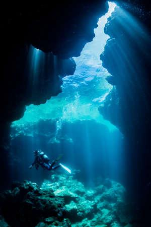 Rayos de luz solar en la cueva submarina.