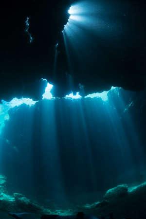 Sonnenstrahlen in die Unterwasserhöhle Standard-Bild
