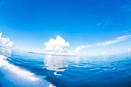 Cielo y mar despejados Foto de archivo