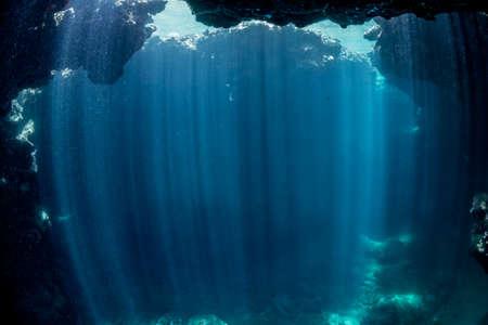 Rays of sunlight into the underwater cave 版權商用圖片 - 139289435
