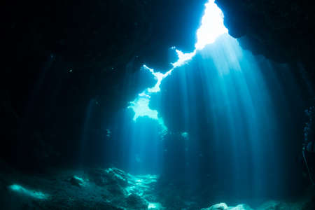 Rayons de soleil dans la grotte sous-marine