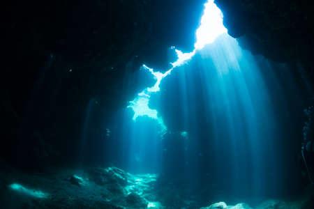 Zonnestralen in de onderwatergrot
