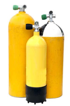 cilindro de gas: Tres tanques de buceo de diferente tama�o aislados en blanco