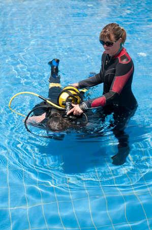 istruzione: Diving Instructor insegnamento immersioni in piscina Archivio Fotografico