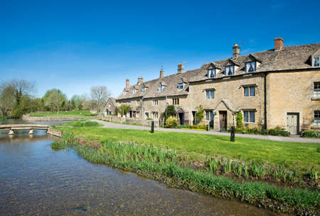 cotswold: Cottages by a stream in the Cotswold village of Lower Slaughter
