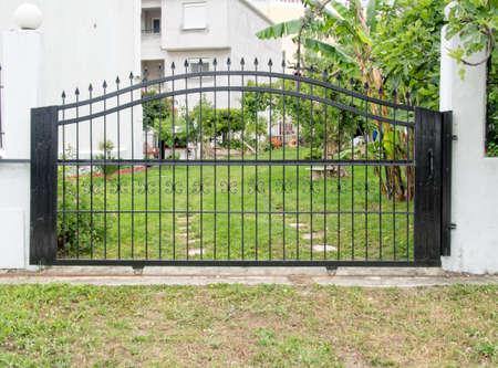 家を保護する鋼のセキュリティ ゲート 写真素材