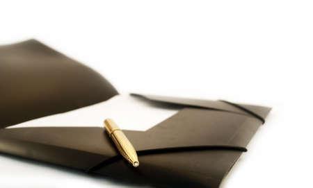 Złote pióro z czarnym folderu na białym tle