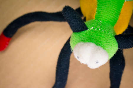 zatrważający: straszny stwór wykonany z kolorowej tkaniny