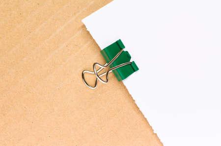 papier vierge: couleur des trombones m�talliques sur la feuille de papier blanc, le carton de fond Banque d'images