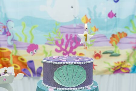 Cake table overview decorated with the seabed theme. Children's party with octopus, seahorse, oysters, corals and colorful balloons. Party and fun concept. Banco de Imagens