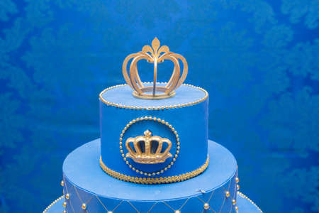 Fake blue birthday cake with a crown on top. Imagens