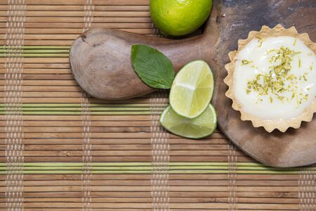 Top view of traditional french lemon tart on wooden. Lemon slices View from above Imagens