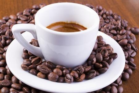 Espresso mit Kaffeebohnen ganz umgeben