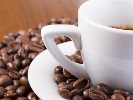 Espresso-Kaffee mit Espresso-Kaffeebohnen umgeben