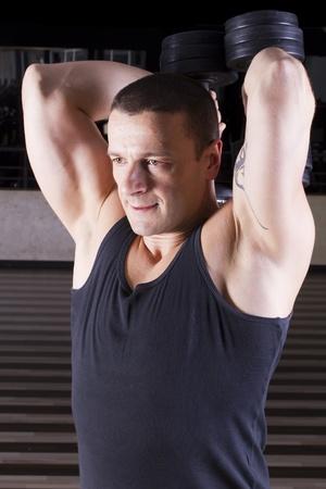 Gewichtheben mit Gewichten hinter dem Rücken