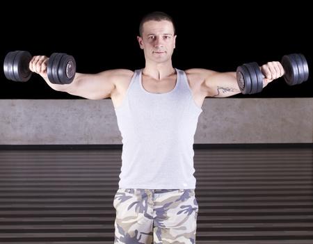 Muskulöse Männer Training mit Gewichten Lizenzfreie Bilder