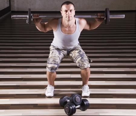 Fitness-Instruktor zeigt richtige Gewichtheben