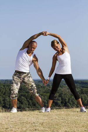 Yoga üben in der Natur mit schönen blauen Himmel im Hintergrund.