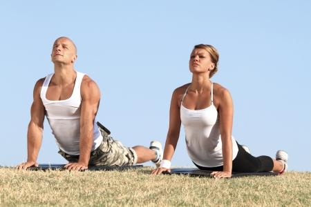 Couple Ausübung Yoga in der Natur