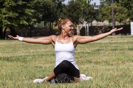 Schöne Frau lächelnd und Yoga