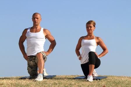 Junges Paar praktizieren Yoga in der Natur
