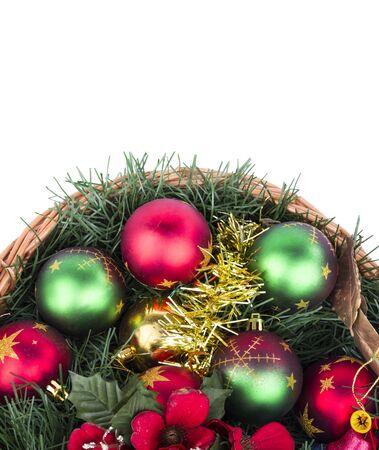 Weihnachts-Korb voll von Dekorationen Lizenzfreie Bilder