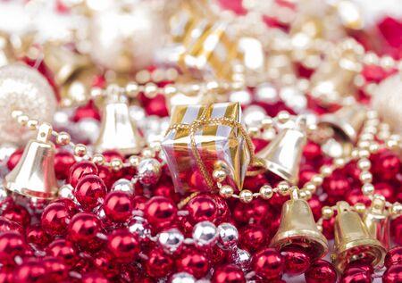 Weihnachtsgeschenke auf Perlen mit goldenen Glocken aller