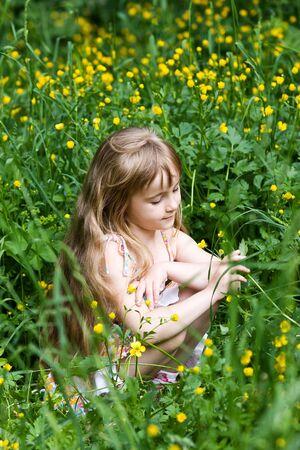 zerzaust: Kleines M�dchen, in Outdoor-Einstellungen Lizenzfreie Bilder