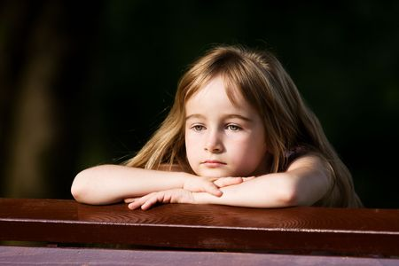 bambini pensierosi: Little girl in ambienti esterni