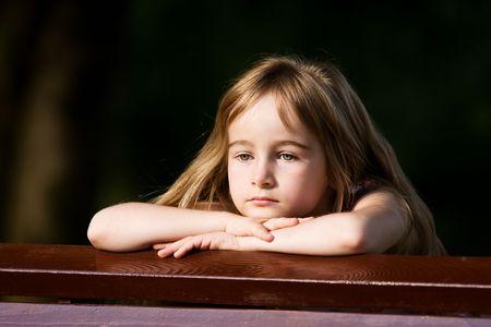mirada triste: Ni�a en los ajustes al aire libre