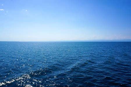 blue sea blue sky horizon with white Cumulus clouds Standard-Bild
