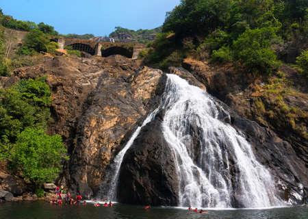 Hermosa vista de la cascada Dudhsagar en Goa, India Foto de archivo - 74701735