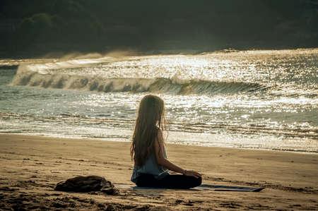 Méditation d'yoga de jeune femme sur la plage de coucher du soleil. Gokarna, Inde Banque d'images - 74472079