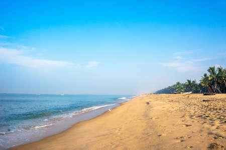 Plage tropicale prise à mararikulam, Inde, Kerala Banque d'images - 74704199
