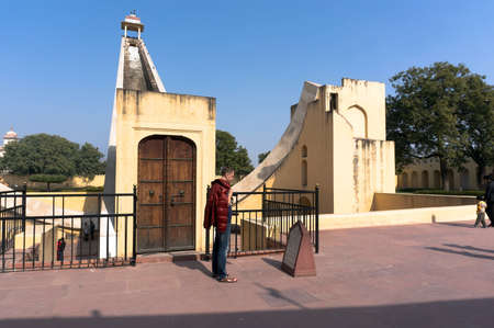 reloj de sol: People visit Astronomical Observatory Jantar Mantar in Jaipur, India