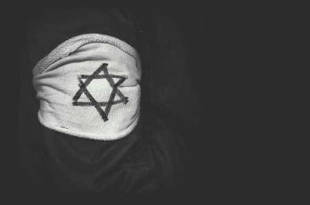 독일의 강제 수용소에서 데이비드의 유대인 스타 어깨 패치. 유태인 학살의 개념. 홀로 코스트 희생자 기념일. 흑백 복고풍 사진