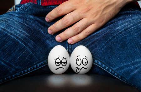 Varón que sufre con dolor en el sistema urogenital. Enfermedad para los hombres. El concepto de protección de las infecciones de transmisión sexual.